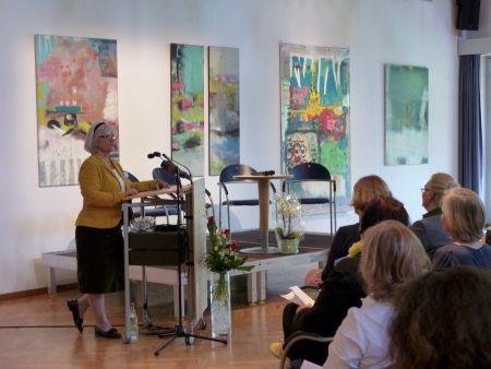Begrüßung durch die 1. Vorsitzende des SkF e.V. Südostbayern Christa Sammüller; umrahmt wurde die Veranstaltung durch eine Ausstellung der Künstlergemeinschaft Kunstmühle – Kraftwerk